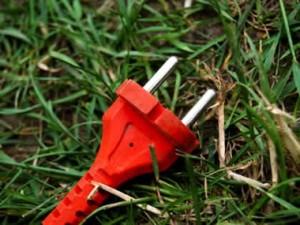 Как самостоятельно вернуть к жизни электрическую газонокосилку