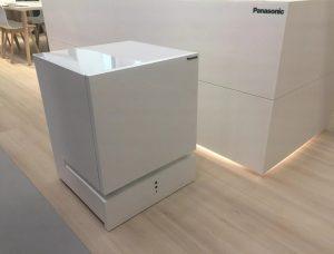 Новый холодильник Panasonic научили перемещаться по дому