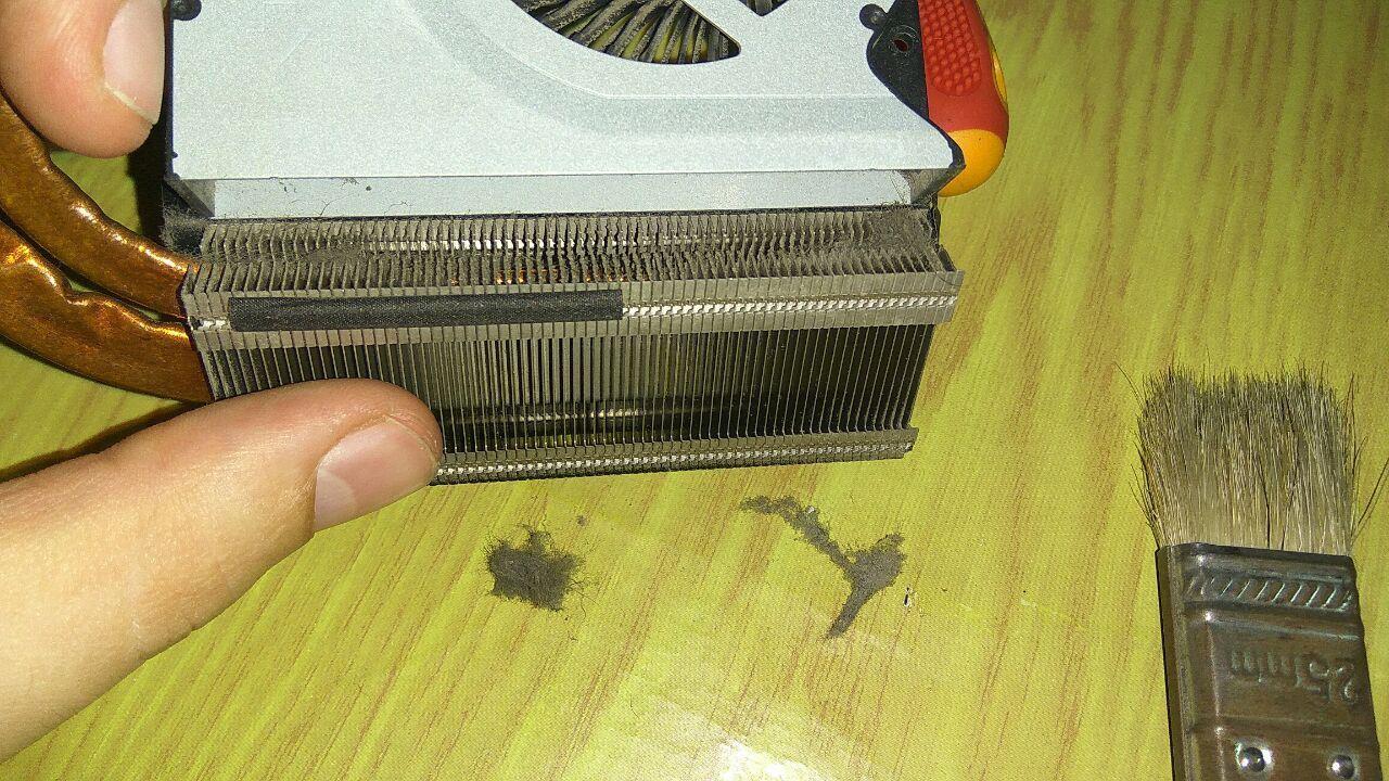 Очистка решетки радиатора с помощью кисточки